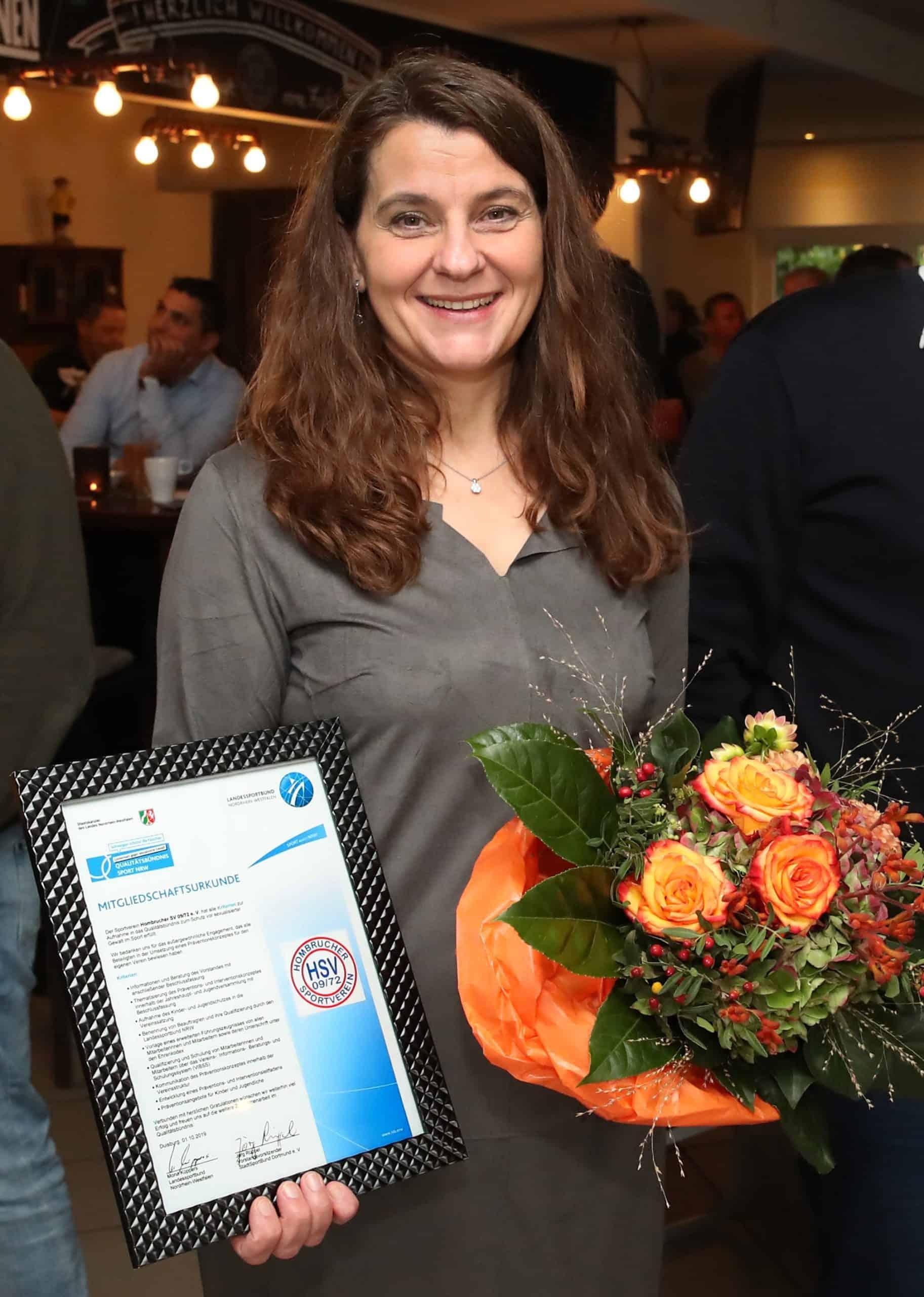 Andrea mit Auszeichnung und Blumenstrauß