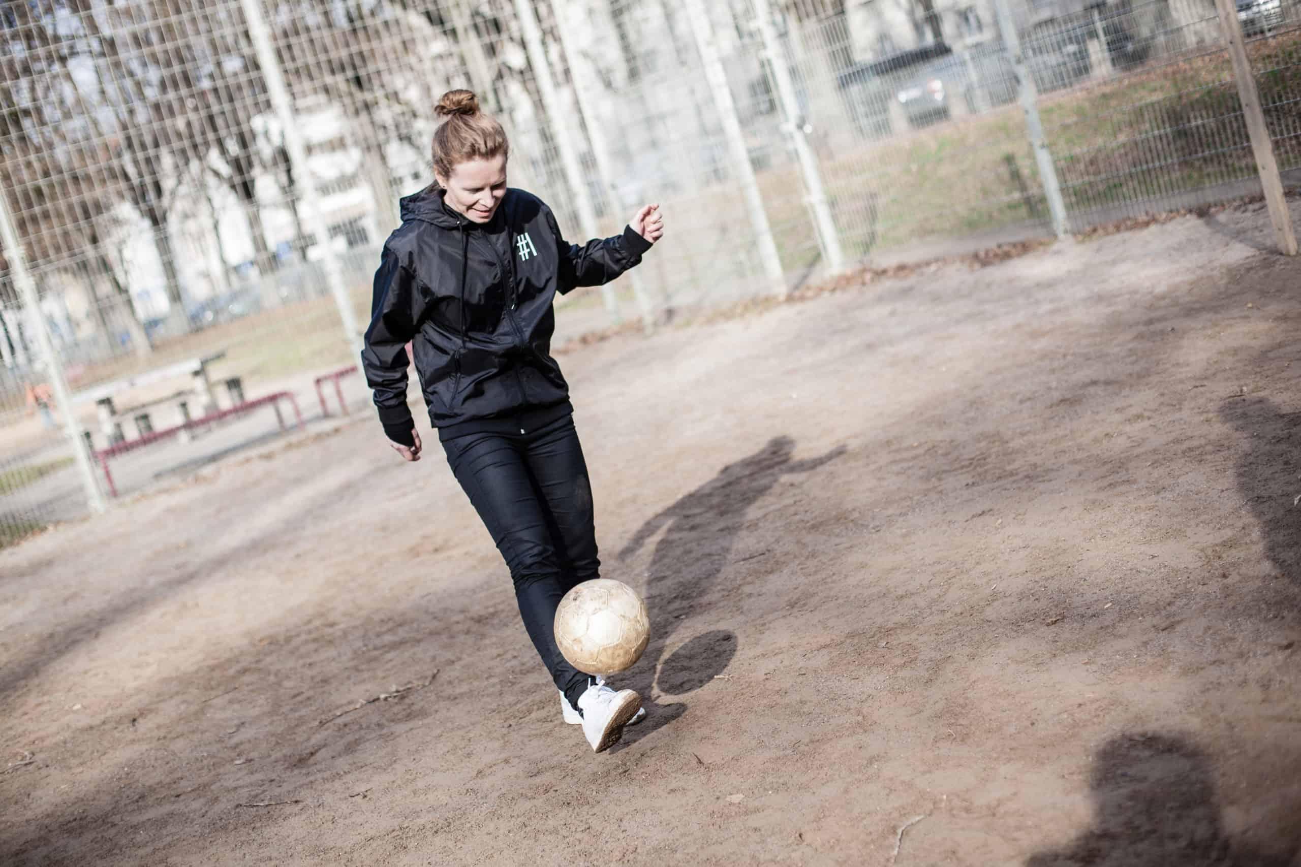 Zopfball Gründerin Sonja beim Ball hochhalten