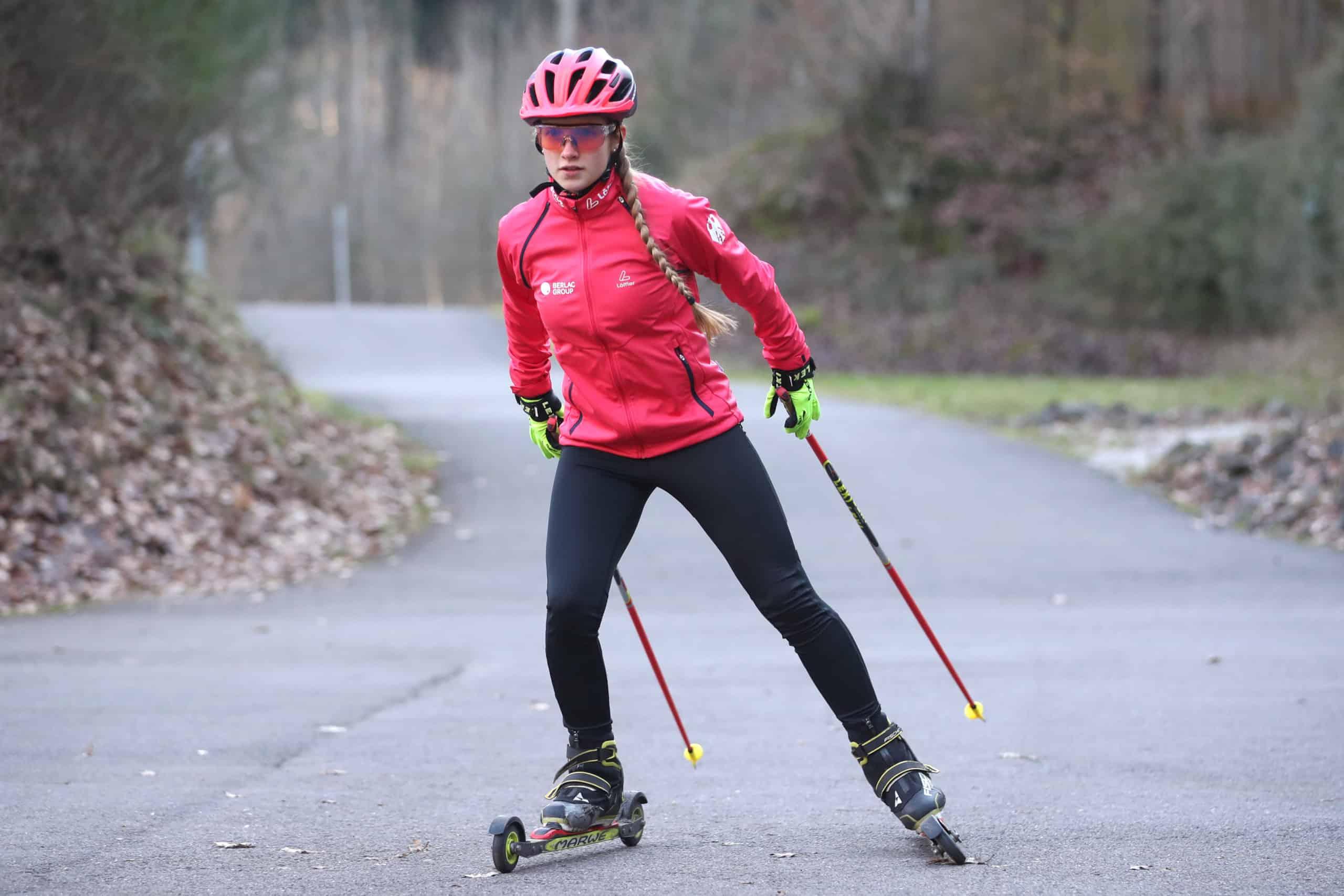 Johanna beim Trainieren auf Rollerskiern,