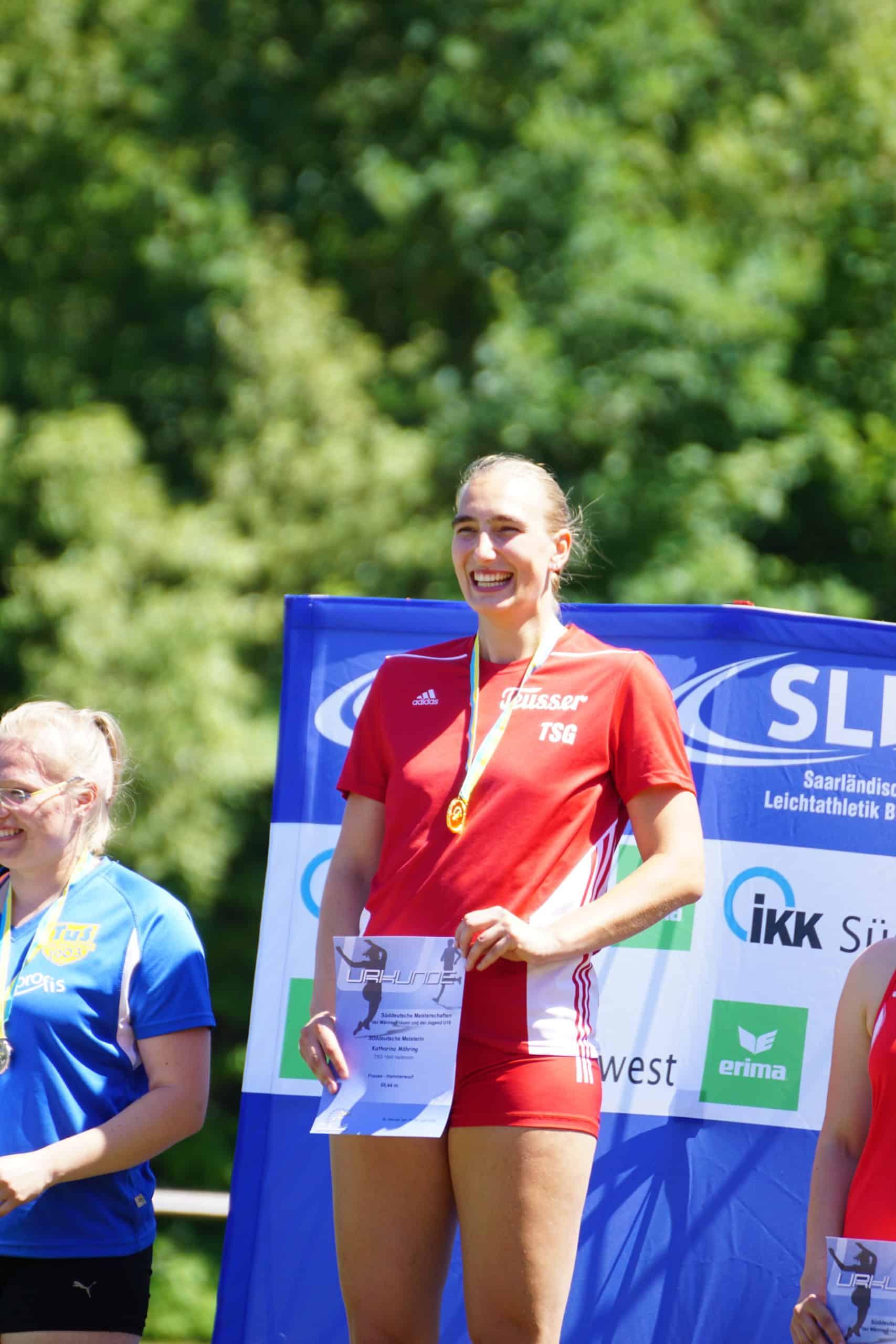 Katharina bei einer Siegerehrung mit Medaille und Urkunde