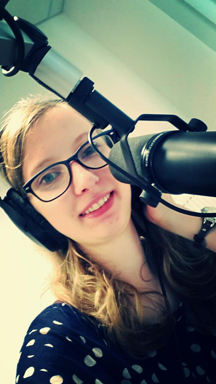 Jana bei einer Radioafunahme.