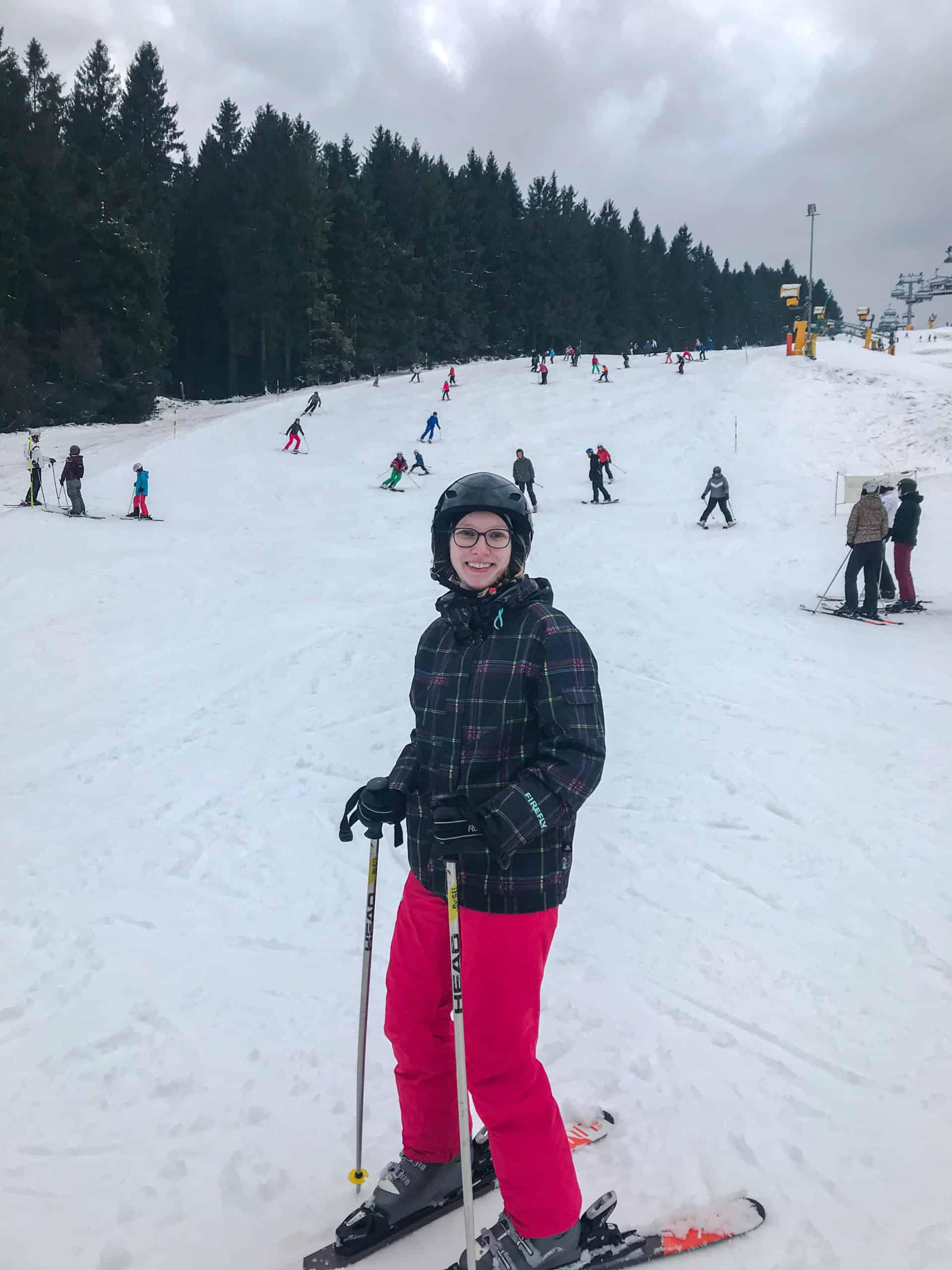 Jana bei Skifahren.
