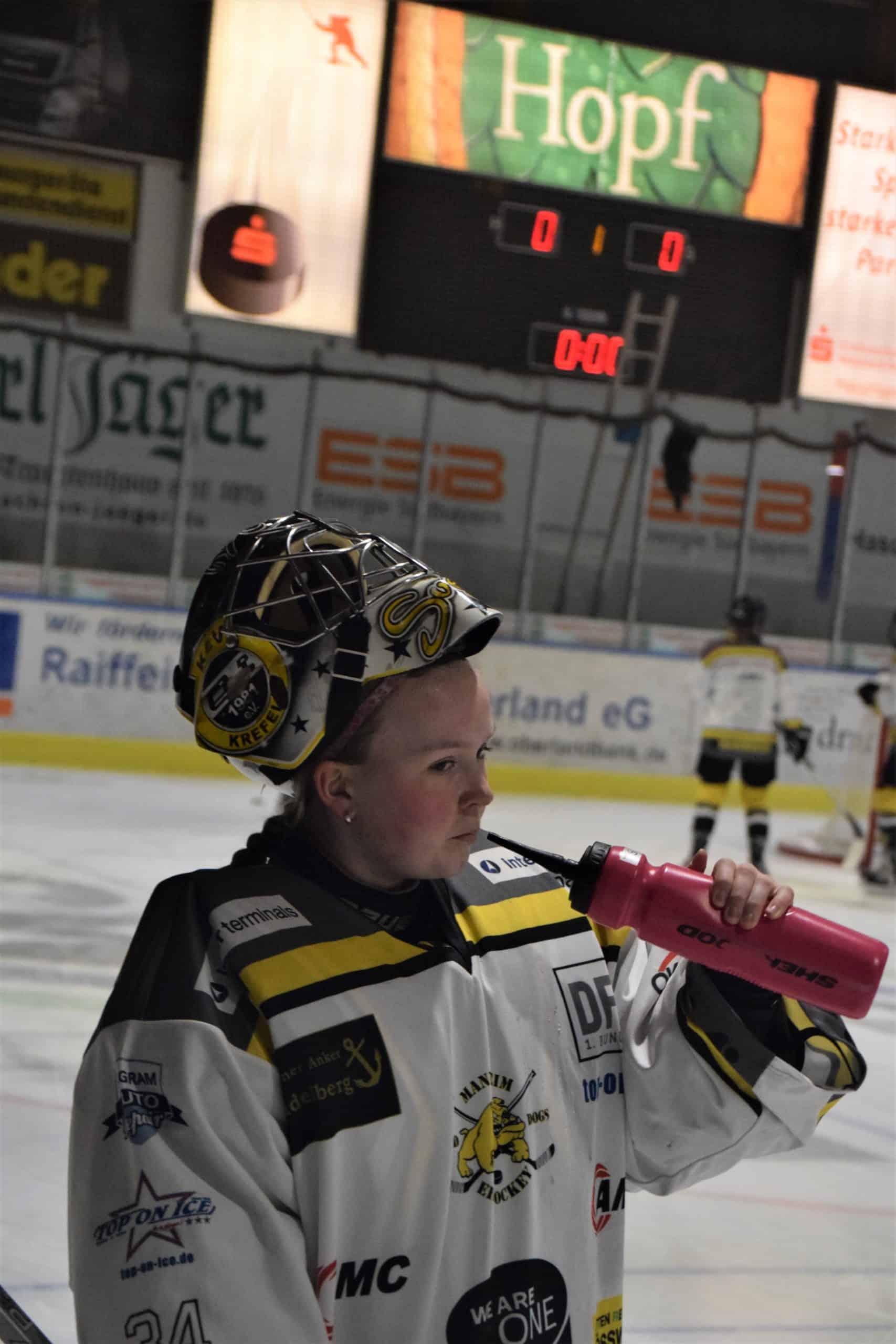 Svenja in Eishockey Ausrüstung beim Trinken