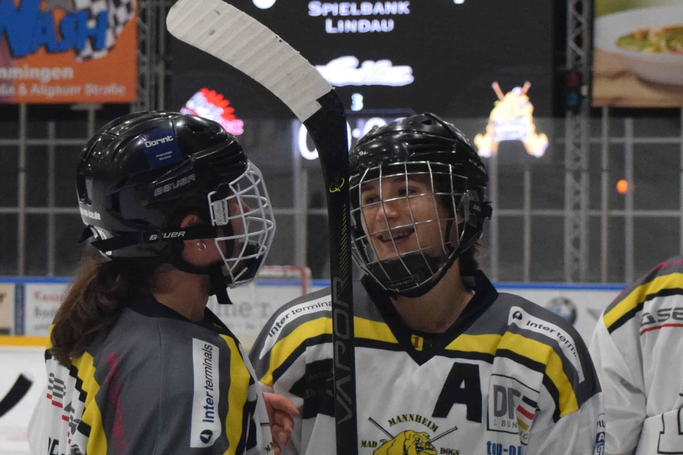 Tara Schmitz in Eishockey Ausrüstung auf dem Eis
