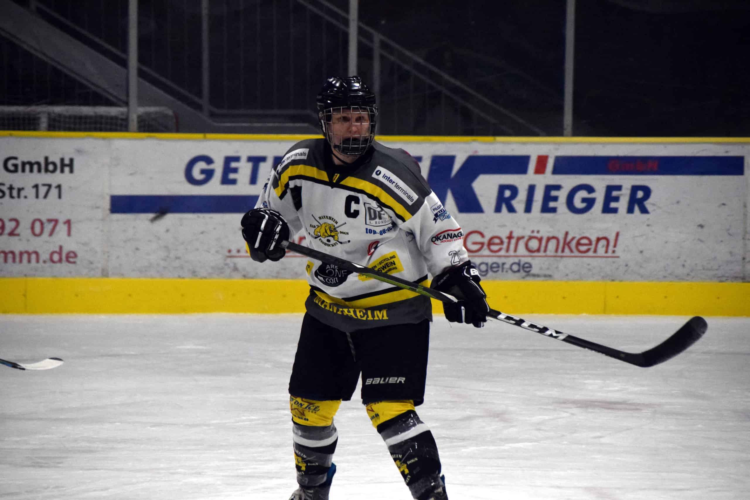 Yvonne in Eishockeyausrüstung auf dem Eis