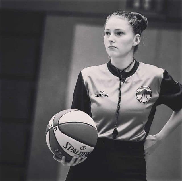 Schwarz Weiß Bild von Aurora mit einem Basketball als Schiedsrichterin