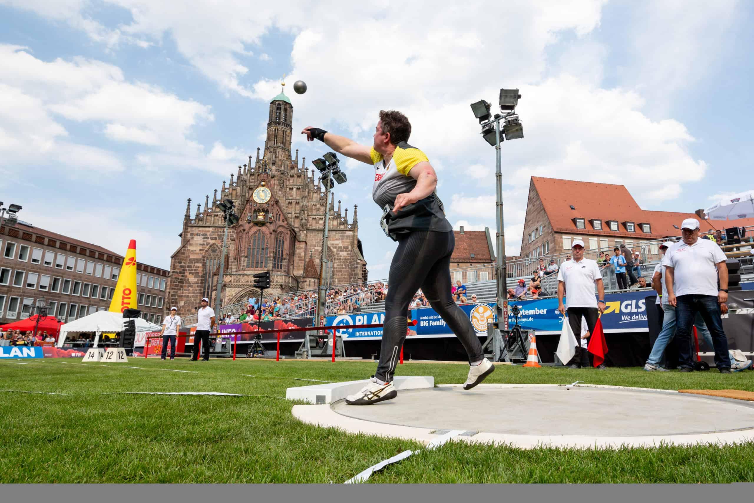 Birgit bei einem Kugelstoßwettkampf für die deutsche Nationalmannschaft