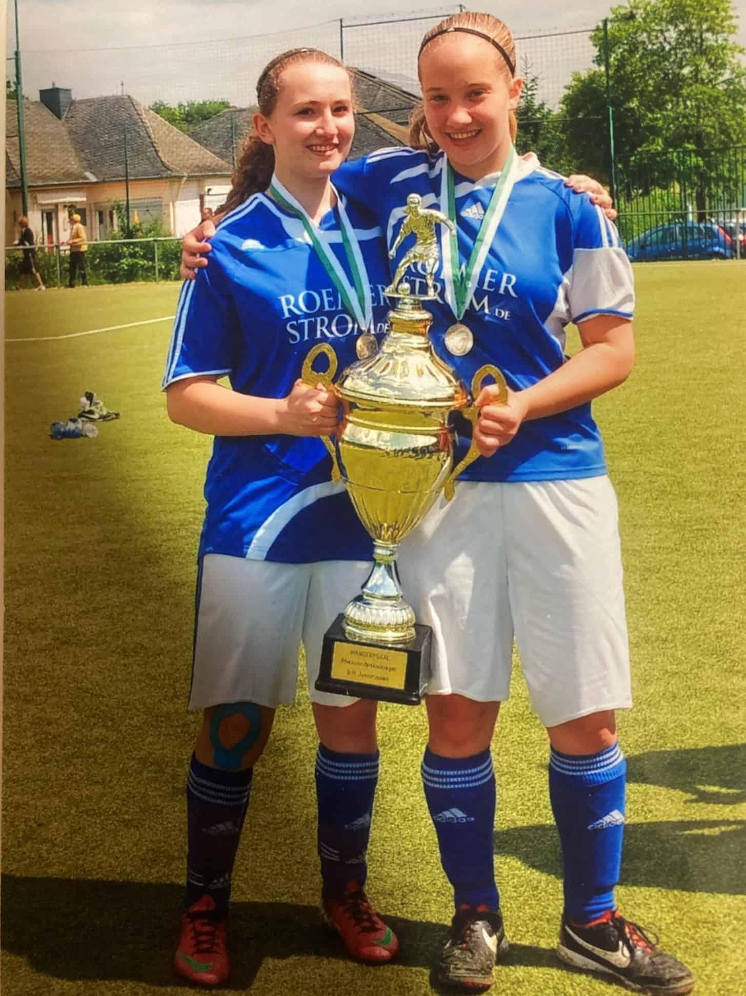 Sarah und Franzi mit Pokal