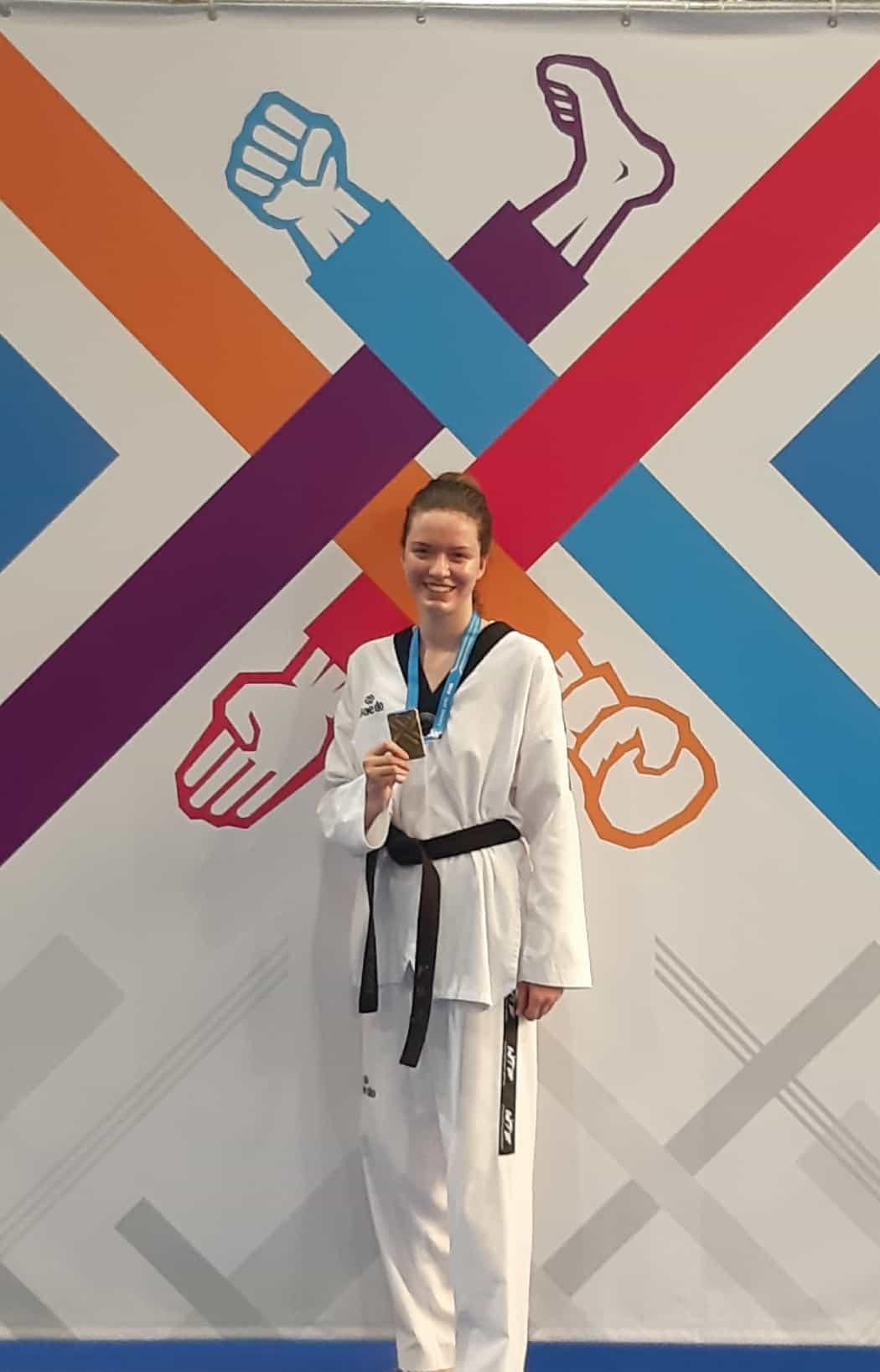 Alina mit Medaille nach einem Kampf